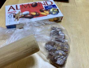 アーモンドチョコレートを砕く
